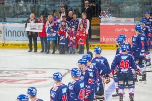 Schckuebergabe Adler helfen Menschen , Adler vs. Eisbaeren , DEL Eishockey Adler Mannheim 2015 / 2016, © Copyright: AS Sportfoto / Soerli Binder, www. as-sportfoto.de, MSP_1701_Adler,